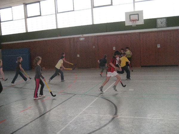 Sportlich, Sportlich: Alle Kinder laufen dem Ball hinterher
