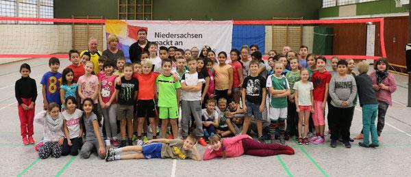 Kinder der dritten und vierten Klasse des Standortes Westhagen der Bunten Grundschule Wolfsburg bei der Finalrunde der Volleyball-Pausenliga im Rahmen der DANKE-Aktion des Bündnisses 2016