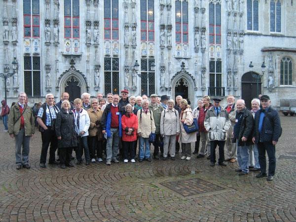 Lächeln in die Kamera: Seniorinnen und Senioren vor dem Rathaus in Brügge