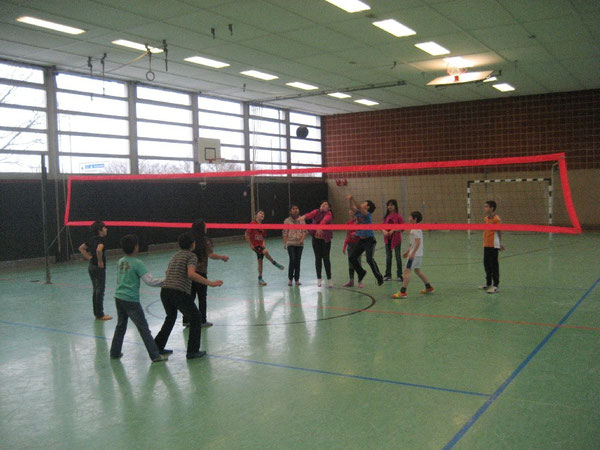 Die Kinder fiebern mit: Prima Ballwechsel in der Halle