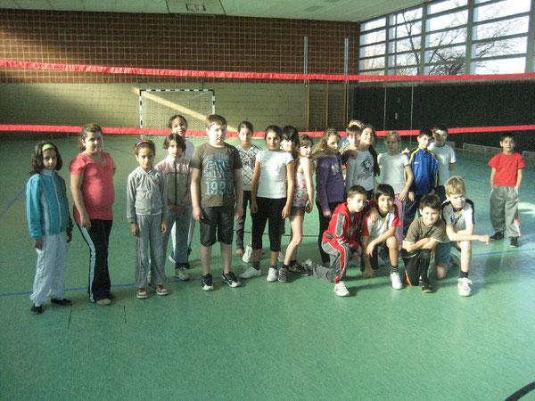 Die Nachwuchs-Volleyballerinnen und Nachwuchs-Volleyballer freuen sich auf das Spiel