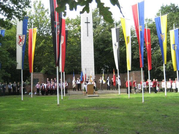 Gedenkfeier zum Tag der Heimat: links der Chor der Deutschen aus Rußland und rechts die Siebenbürger Blaskapelle