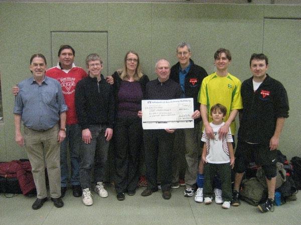 Wolfsburger CVJMerinnen und CVJMer bei der Spendenübergabe 2012 an den CVJM Landesverband Hannover