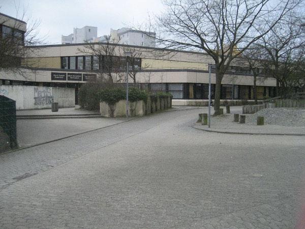 Der Fahrradweg führt direkt an der Schule vorbeit