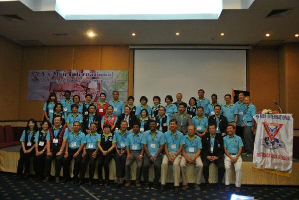 Teilnehmerinnen und Teilnehmer stellen sich dem Fotografen