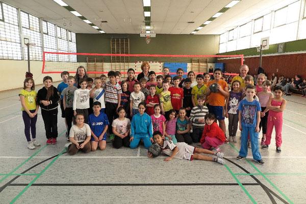 Die jungen Volleyballerinnen und Volleyballer, Zuschauer und Lererinnen und Lehrer freuen sich auf die Spiele