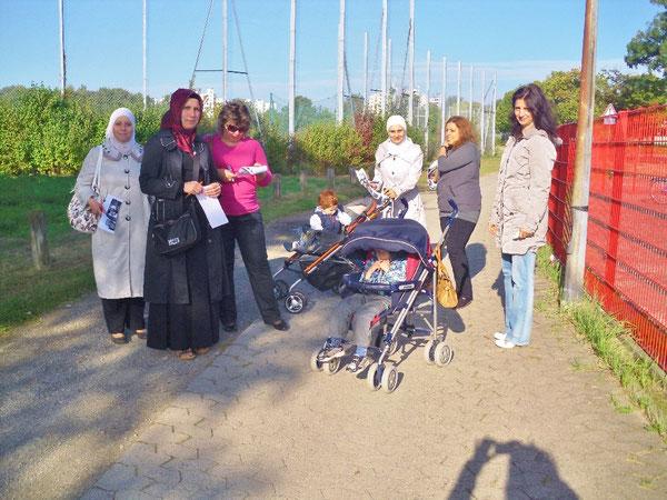 Teilnehmerinnen des kurzweiligen Spazierganges