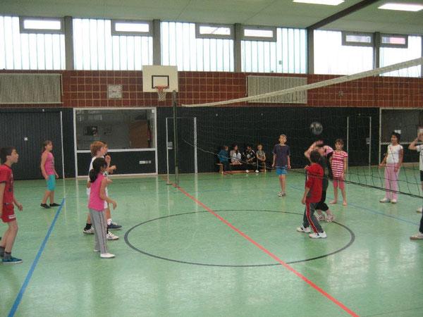 Ein flottes Spiel mit der Volleyballblase: Die Mädchen pritschen den Ball ein