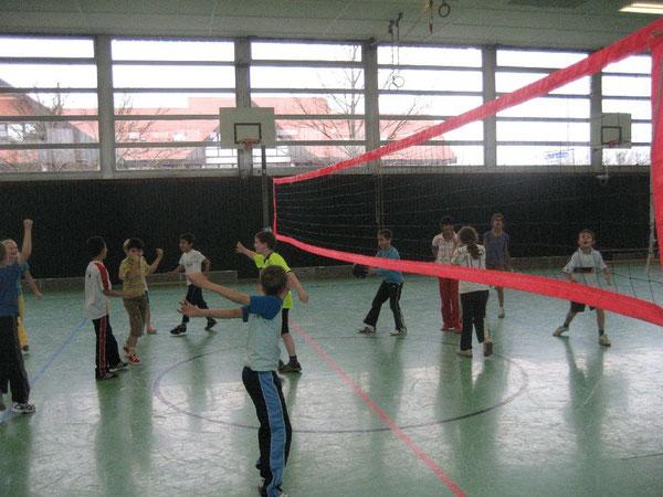 Vor dem Spiel Aufwärmen: laufen, Springen, Jubeln - beide Mannschaften bereiten sich intensiv auf die Volleyball-Begegnung vor