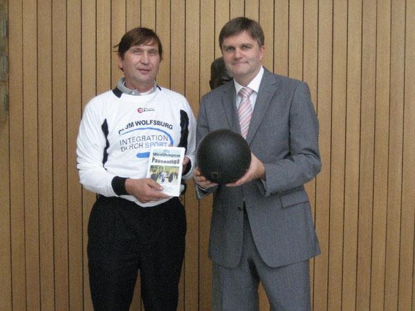 Uwe Schünemann (rechts) und Manfred Wille beim Volleyball im niedersächsischen Landtag