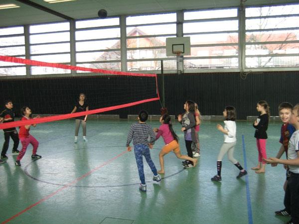 Die Drittklässler spielten flott den Ball über das Netz