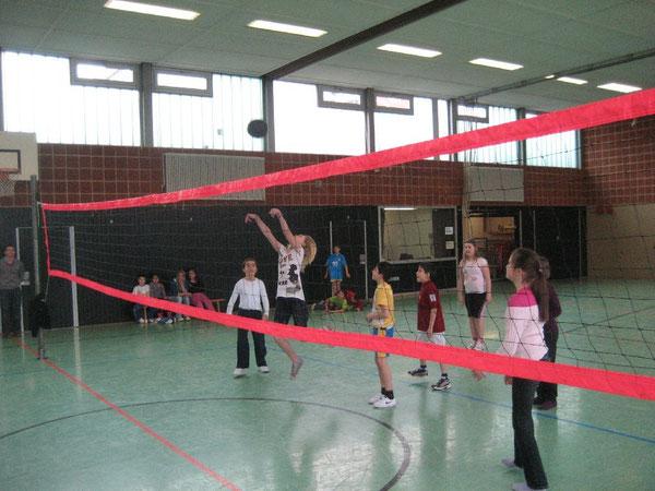 Vorbildlicher Bewegungsablauf: Die Mädchen pritschen den Ball ins Spiel - bewundert von den Jungen