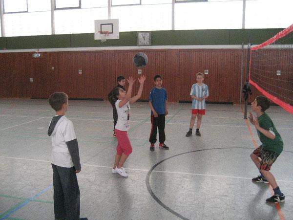 Damit der Ball partnerfreundlich ins Spiel kommt, wird er immer eingepritscht: Vorbildlich wird er hier zum Pritschen angeworfen