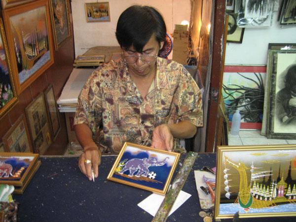 Sayon Kaew-Lerng beim Malen des WAZ-Bildes im Nachtbasar von Chiang Mai
