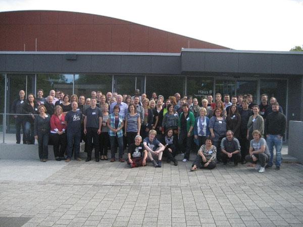 Teilnehmerinnen und Teilnehmern der europäischen CVJM-Konferenz stellen sich dem Fotografen