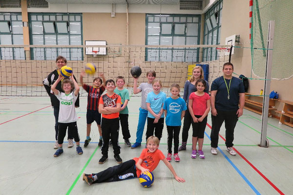 Die Kinder vor dem Spiel: Alle freuen sich auf den Volleyballvergleich