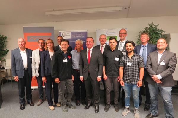 Lächeln für den Fotografen: Minister Borius Pistorius (7. von links), Reinhard Rawe (8. von links) und Christa Lange (3. von links) vom LSB mit Artur Stark (5. von links) bei der Fachtagung
