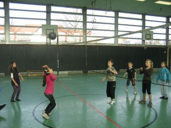 Gespannt beobachten die Kinder die fliegende Volleyballblase