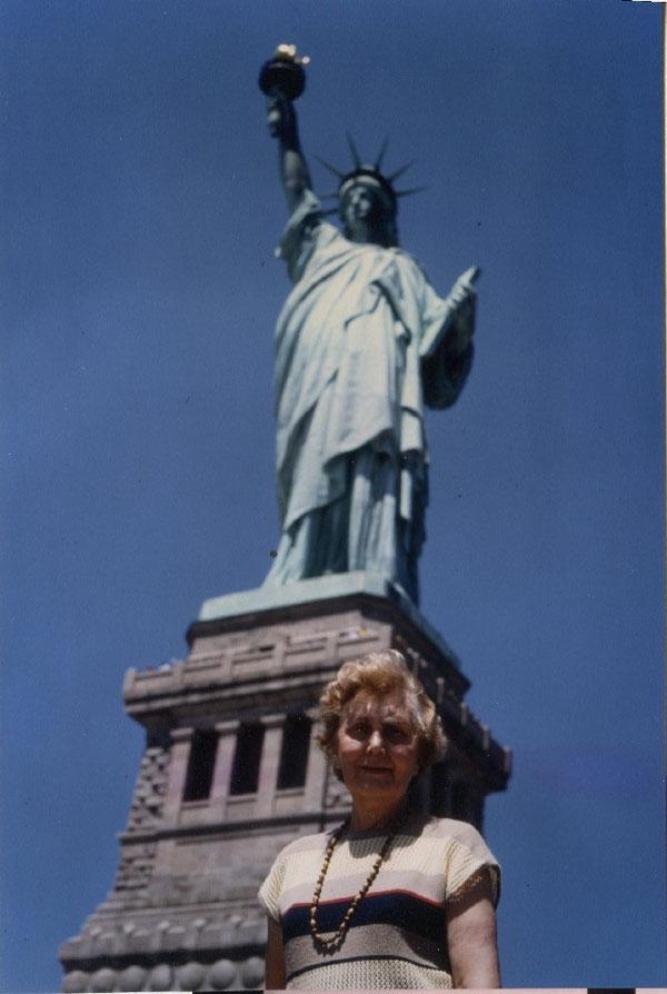 Charlotte Wille vor der Freiheitsstatue in New York City in den Vereinigten Staaten von Amerika
