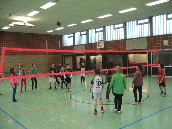 Gekonnt gepritscht fliegt der Willeball durch die Sporthalle der Regenbogen-Grundschule: Schülerinnen und Schüler schauen gebannt auf die Volleyballblase
