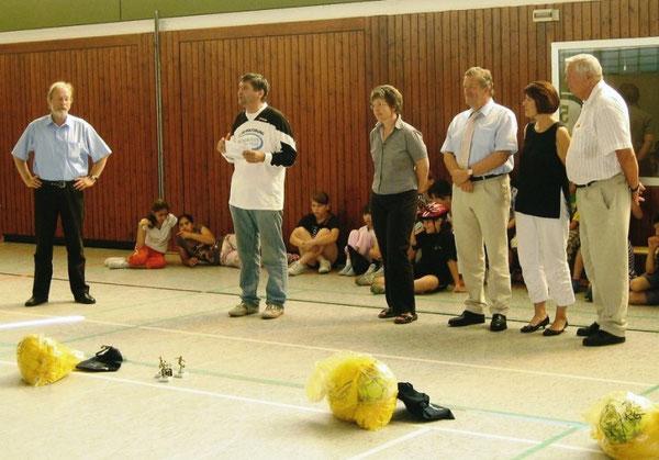 Bei der Siegerehrung 2006 der Fußball-Pausenliga in Westhagen: Von links: Gerd Bücker, Manfred Wille, Elke Hoffrichter, Rolf Schnellecke, Gisela Hammer und Rainer Thiede