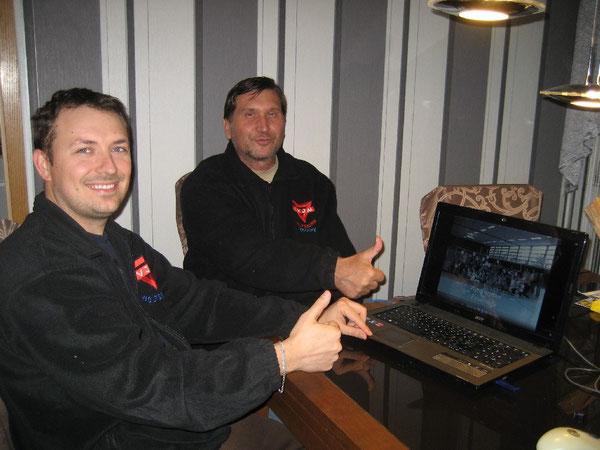 Artur Stark (links) und Manfred Wille bei der Erstellung des Filmes zur CVJM-Volleyball-Pausenliga
