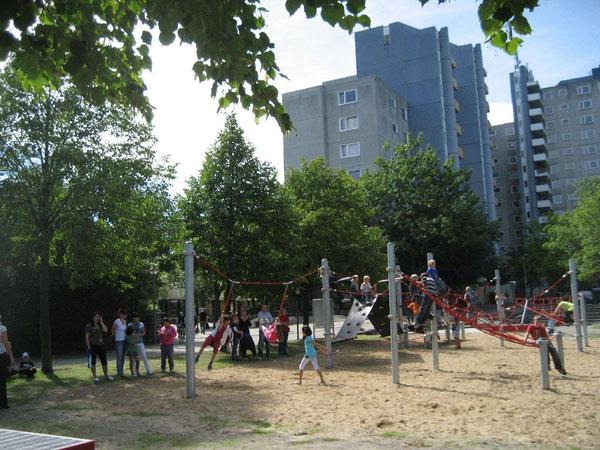 """Kinder der Regenbogen-Grundschule nehmen den neugestalteten Spielbereich gleich in """"ihren"""" Besitz"""