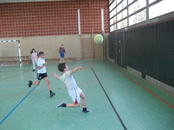 Gekonnt! Die Schülerinnen und Schüler spielen den Ball geschickt durch die Halle