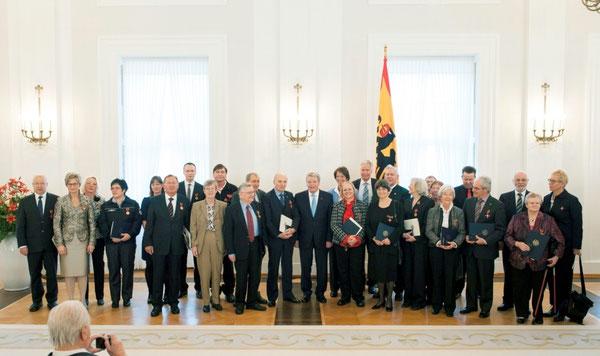 Bundespräsident Joachim Gauck zeichnet Engagierte und Kümmerer mit dem Bundesverdienstkreuz aus