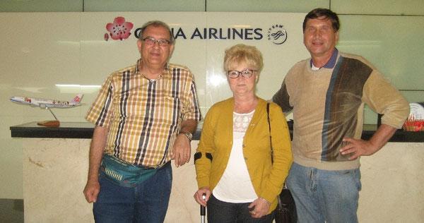 Charles Altheer (links), Jose Altheer aus den Niederlanden und Manfred Wille in der Lounge von China Airlines auf dem Bangkoker Flughafen Suvarnabhumi
