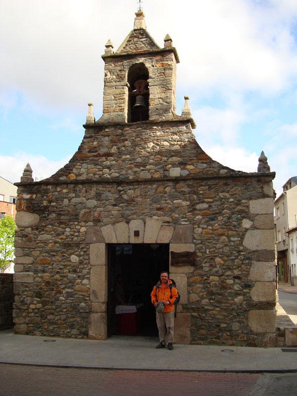 Davanti alla Ermita di San Rocco, prima di Villafranca del Bierzo, sul Cammino di Santiago.