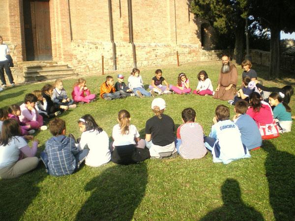 I bambini della IV elementare incontrano padre Simone davanti all'abbazia di Monteveglio