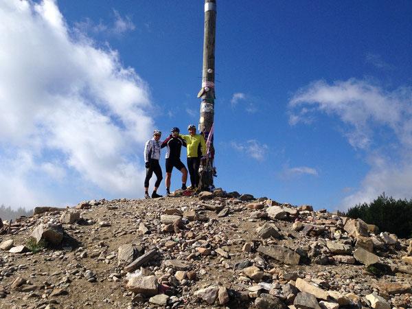 """Massimo Bonifati coi suoi due amici oggi alla """"Croce di Ferro"""", sul Cammino di Santiago. Ammirazione, auguri e sana invidia"""