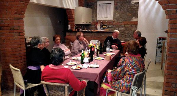 Cena gioiosa con il gruppo che fa le pulizie in chiesa, nella tavernetta di Giovanni e Carmen Zirotti, con Misaele al centro