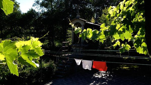 Panni stesi ad asciugare, dopo una giornata di Cammino, nel giardino di una Casa Rural, con lo sfondo di un horreo ...