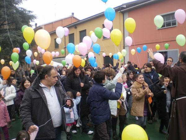"""DOMENICA 31.10.10. Ultimo """"atto""""delle Missioni-I bambini lanciano i  palloncini con i loro messaggi"""