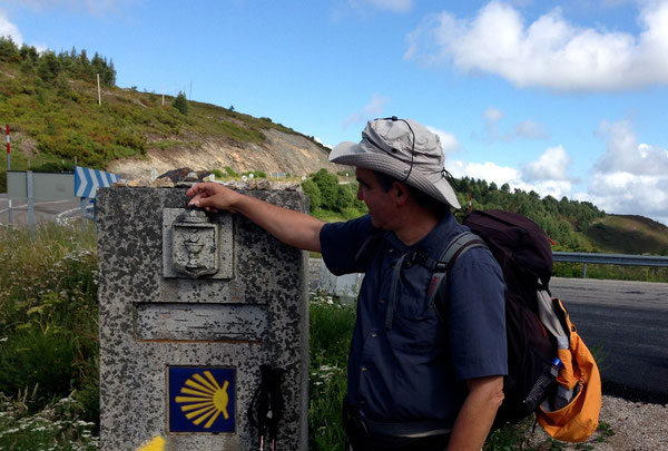 Il momento in cui dalle Asturie si passa in Galizia. Il pellegrino mette un sasso sul moion, con la conchiglia che indica la direzione e il simbolo eucaristico