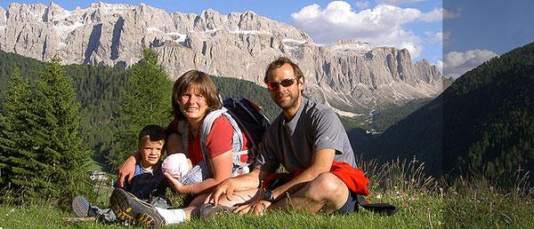 Karl Unterchirker con la compagna Silke, e i bimbi Alex e Miriam. Sullo sfondo le Dolomiti del Sella