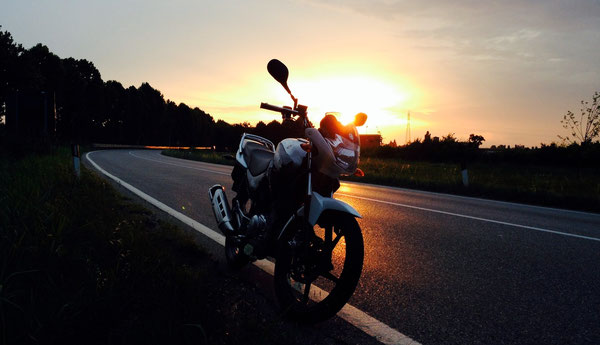 tramonto, lungo la traversale di Pianura, alla altezza di Sala Bolognese.