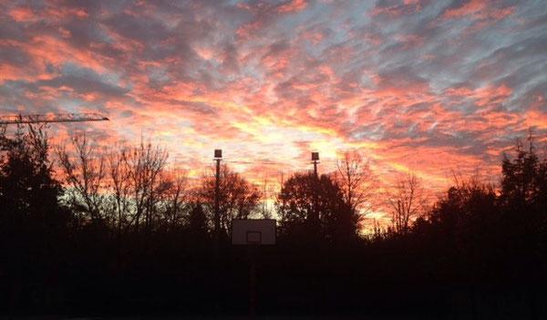 alba di oggi, 20 novembre, dal campo da basket. colori e luce, prospettiva di speranza.