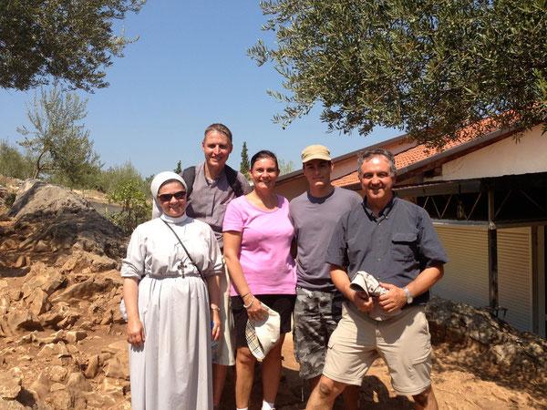Suor Patrizia e Padre Marco, sulla sinistra. Nadia, Claudio e don Remo sulla destra, al termine della Via Crucis