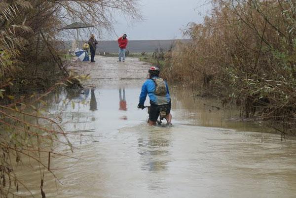 ... ma non mancano presto difficoltà, come il guado (inevitabile) del torrente Arroyos de los Molinos ...