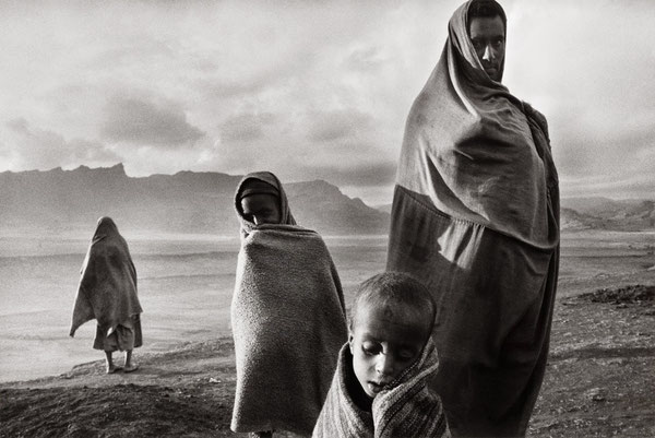 """Foto di Sebastian Salgao, contenute nel film """"il sale della terra"""" ..."""