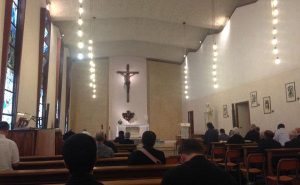 Cappella del Seminario Arcivescovile di Bologna, con l'altare e la Madonna di Biancini e la Via Crucis di Poggeschi