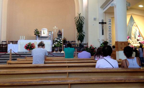 Preghiera raccolta e intima nella chiesa parrocchiale di Medjugorie
