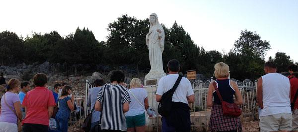 Bellezza della preghiera a Maria. Medjugorie Agosto 2013. Pellegrinaggio in bici con Nadia Claudio e Massimo