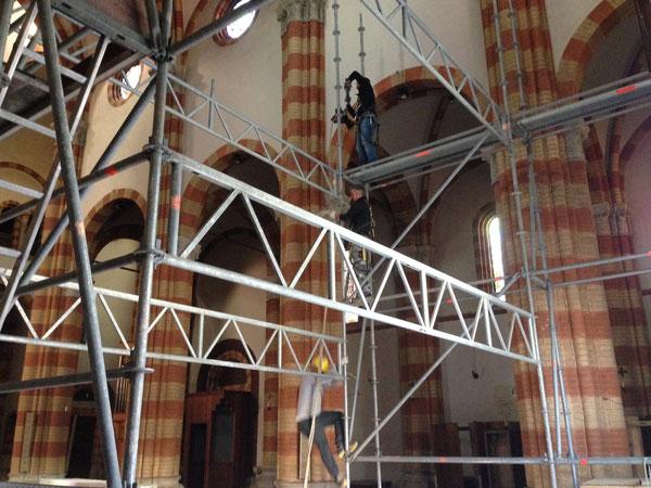 Nella chiesa giovani operai, un pò artisti e acrobati