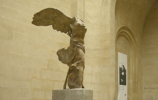La famosa Nike di Samotracia al Museo del Louvre
