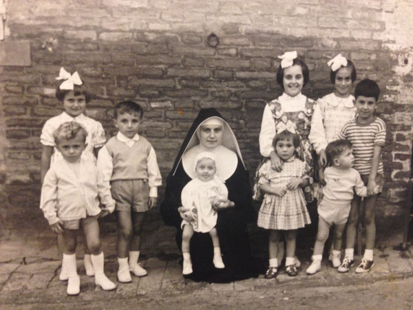 1959. cuginetti Resca con zia suora. Il maschietto più grande, a destra, con scarpe da cammino e attitudini educative