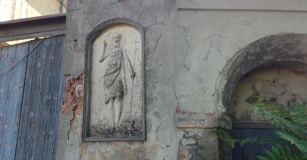 Bassorilievo di Giovanni Battista sulla strada da Bazzano a Monteveglio lungo via Serena